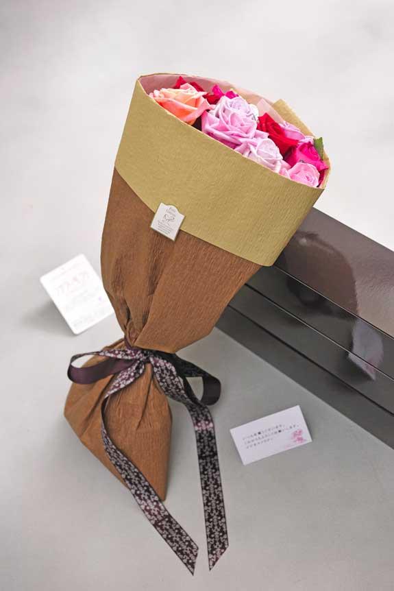 <p>ミックスバラの花束・ブーケにはメッセージカーが無料で付けられます。</p>