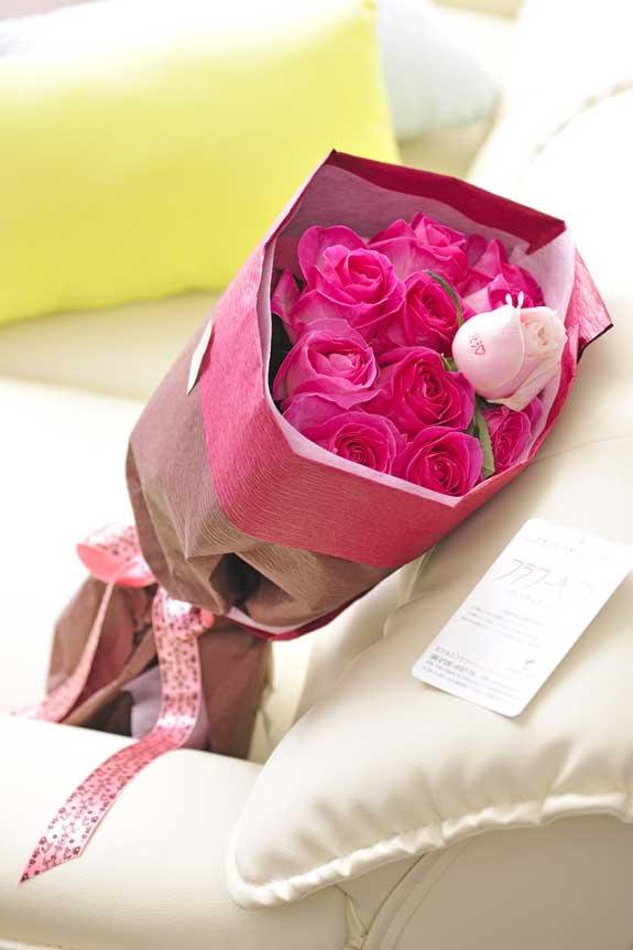 <p>ピンクバラの花束・ブーケです。中心にメッセージが入った異なる色のバラが1本入ります。</p>