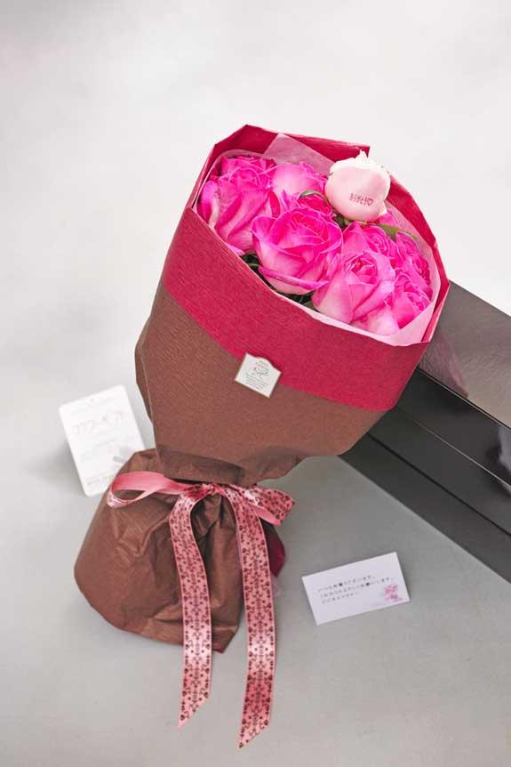 <p>花びらにメッセージ入りのピンクバラの花束・ブーケにはメッセージカーが無料で付けられます。</p>