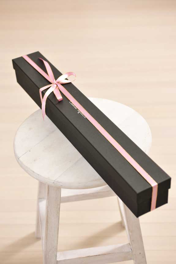 <p>アレンジメントフラワー白バラのボックスフラワーはスタイリッシュな黒い箱に入っています。</p>