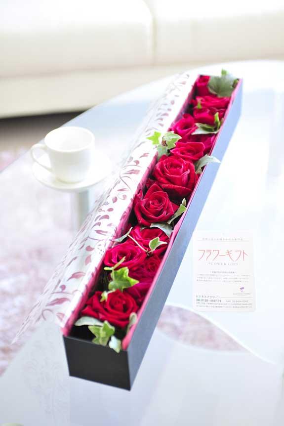 <p>情熱的なビビットカラー、誕生日、結婚、長寿、新築、退職などのお祝い事にオススメのアレンジメントフラワー赤バラのボックスフラワーです。</p>