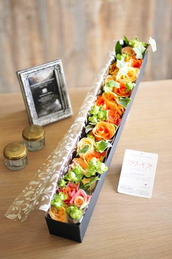 <p>アレンジメントフラワーオレンジバラのボックスフラワーはフラワーギフト・贈り物に人気の商品です。</p>
