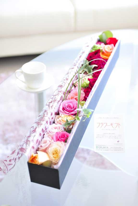 <p>カラフルで鮮やか、誕生日、結婚、長寿、新築、退職などのお祝い事にオススメのアレンジメントフラワーミックス色バラのボックスフラワーです。</p>