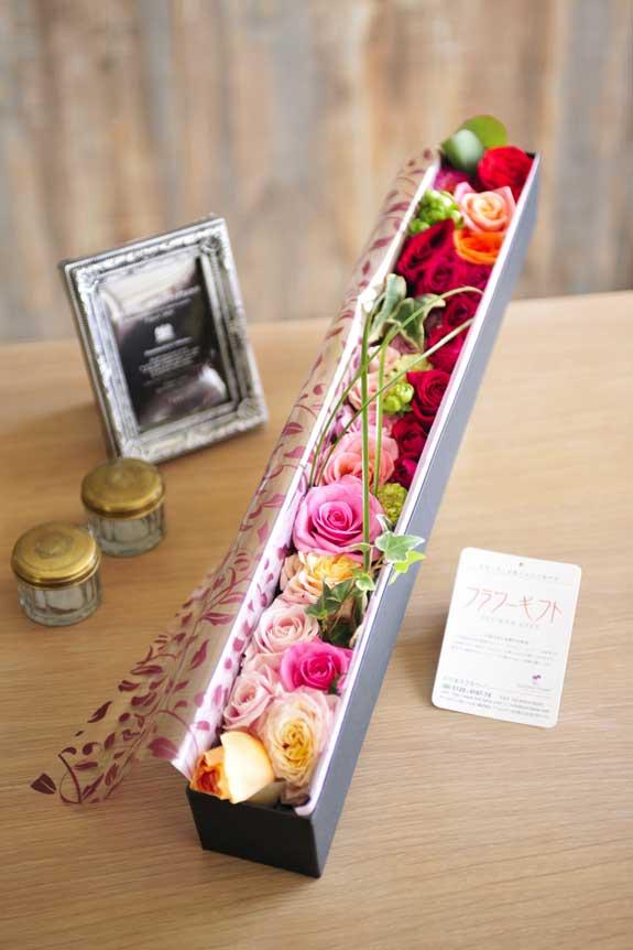 <p>アレンジメントフラワーミックス色バラのボックスフラワーはフラワーギフト・贈り物に人気の商品です。</p>