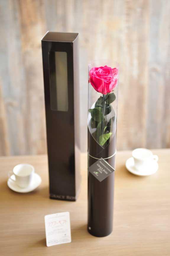 <p>プリザーブドフラワーLuxury Rose(ホットピンク)は手頃なサイズ感なので、イベントや記念品としての配布用フラワーギフトや贈り物としてもオススメです。</p>