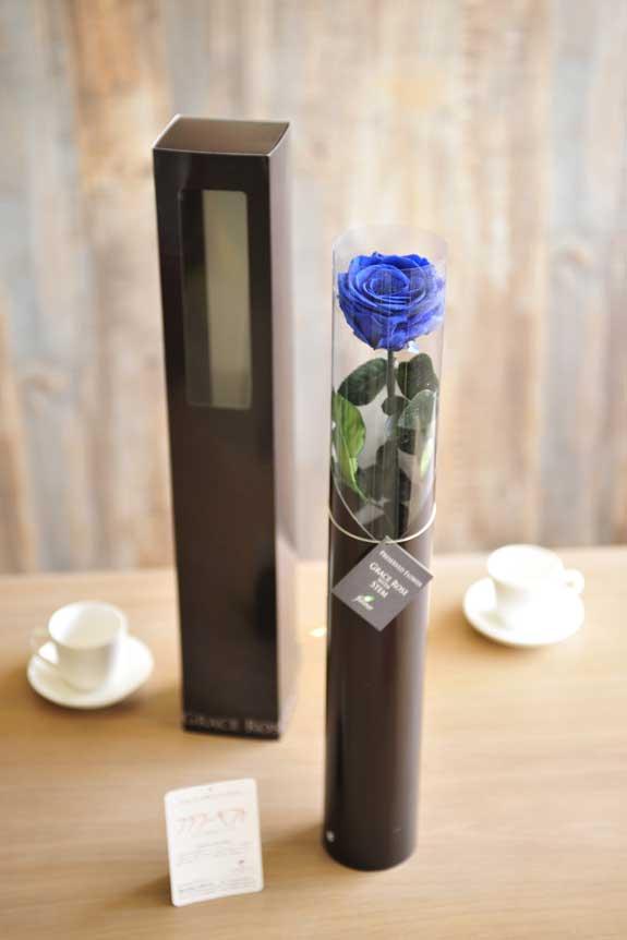 <p>プリザーブドフラワーLuxury Rose(グランブルー)は手頃なサイズ感なので、イベントや記念品としての配布用フラワーギフトや贈り物としてもオススメです。</p>
