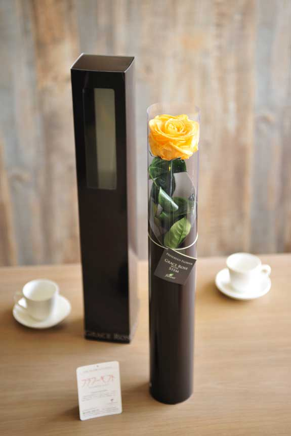 <p>プリザーブドフラワーLuxury Rose(ゴールデンイエロー)は手頃なサイズ感なので、イベントや記念品としての配布用フラワーギフトや贈り物としてもオススメです。</p>