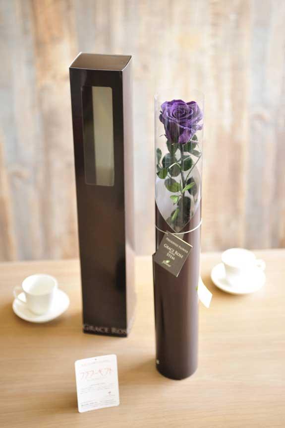 <p>プリザーブドフラワーLuxury Rose(バイオレット)は手頃なサイズ感なので、イベントや記念品としての配布用フラワーギフトや贈り物としてもオススメです。</p>