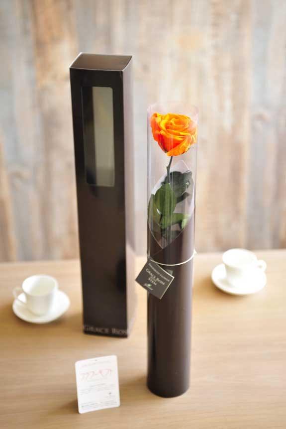 <p>プリザーブドフラワーLuxury Rose(タンジェリンオレンジ)は手頃なサイズ感なので、イベントや記念品としての配布用フラワーギフトや贈り物としてもオススメです。</p>