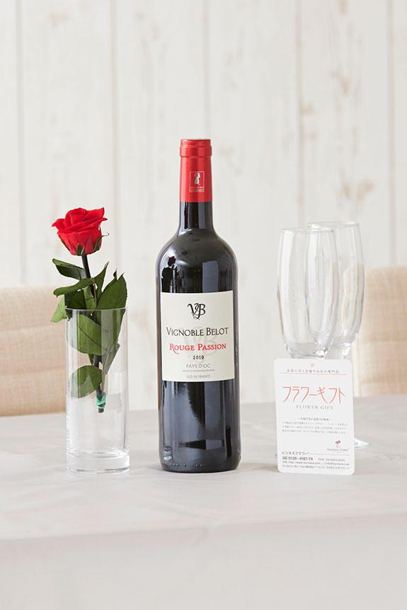 <p>赤ワインとプリザーブドフラワーがセットになったプレゼントにオススメの商品です。</p>
