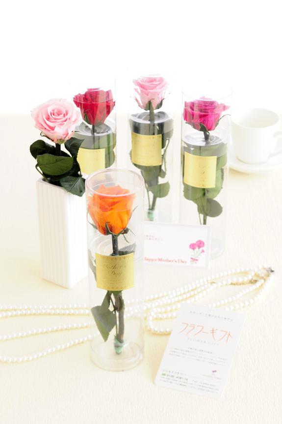 <p>枯れないお花バラのプリザーブドフラワー(色選択はおまかせのみ)が母の日セットに入っています。</p>