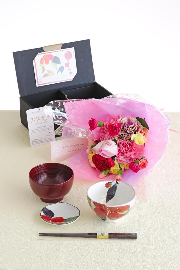 <p>母の日のフラワーギフト、贈り物、プレゼント用の商品は、花びらにメッセージ入りの花束と美濃焼の一汁一菜のギフトセットを用意しました。</p>