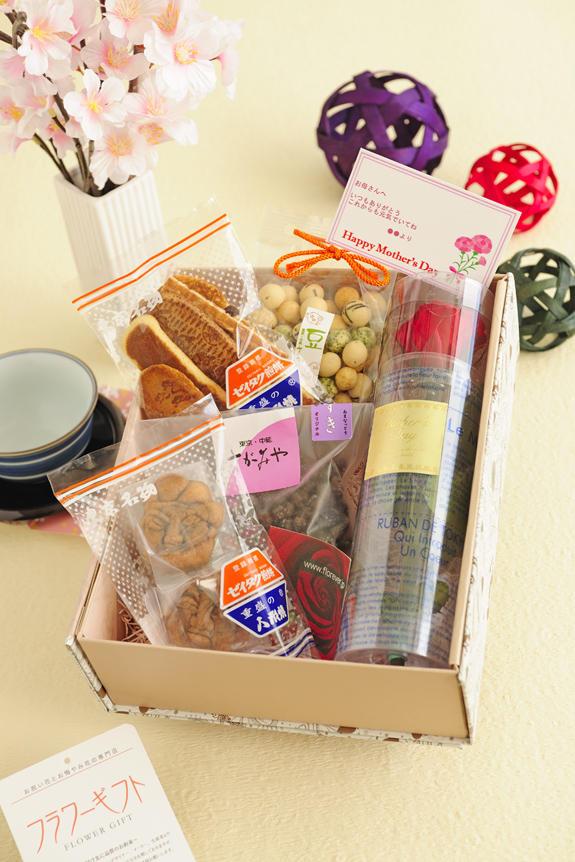 <p>豆のさがみやの「あまなっとう」「豆菓子」、重盛永信堂の「人形焼」「ぜいたく煎餅」の和菓子4種とプリザーブドフラワーを組み合わせた母の日セットです。</p>