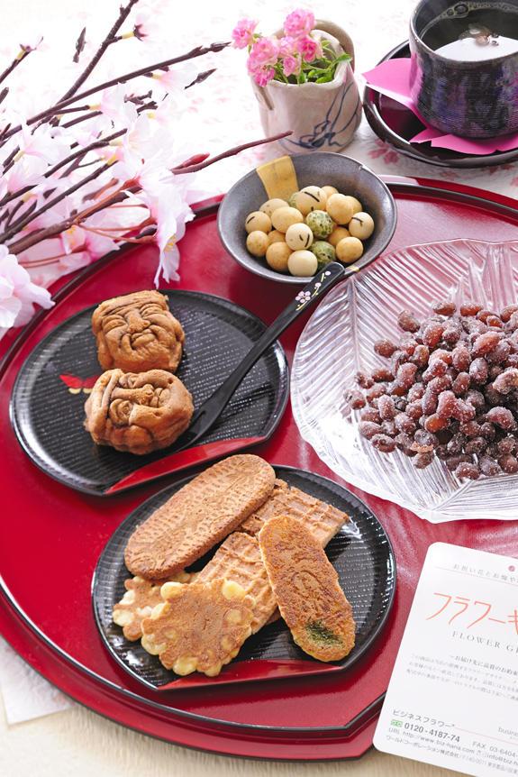 <p>母の日用に80年の伝統を誇る老舗「豆のさがみや」、100年を誇る老舗「重盛永信堂」の和スイーツ4種を贅沢に集めました。</p>