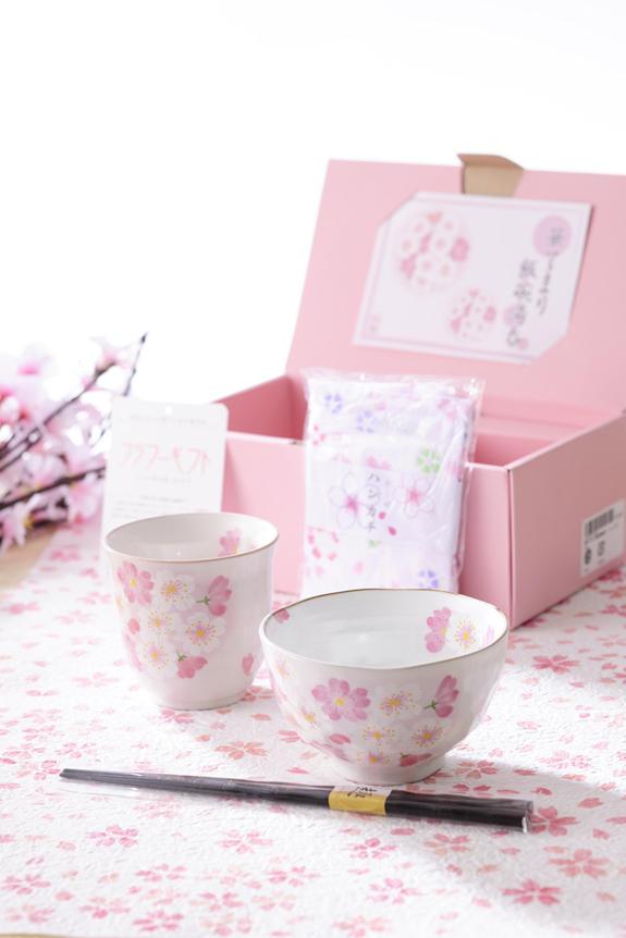 <p>桜の柄がかわいらしく、温かみのある美濃焼セットは、茶碗、湯呑に箸、ハンカチが付いている、母の日のプレゼント・贈り物にピッタリのギフトセットです。</p>
