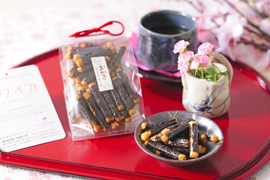 <p>海苔と醤油の風味が香ばしい豆のさがみやの「おかき 京美人」も母の日セットに入っています。</p>