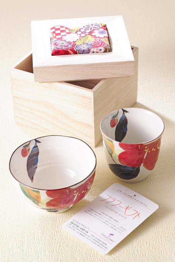 <p>落ち着いたさざんか柄の美濃焼セットは、木箱に入った茶碗、湯呑のセットで、母の日のギフト、贈り物にオススメです。</p>