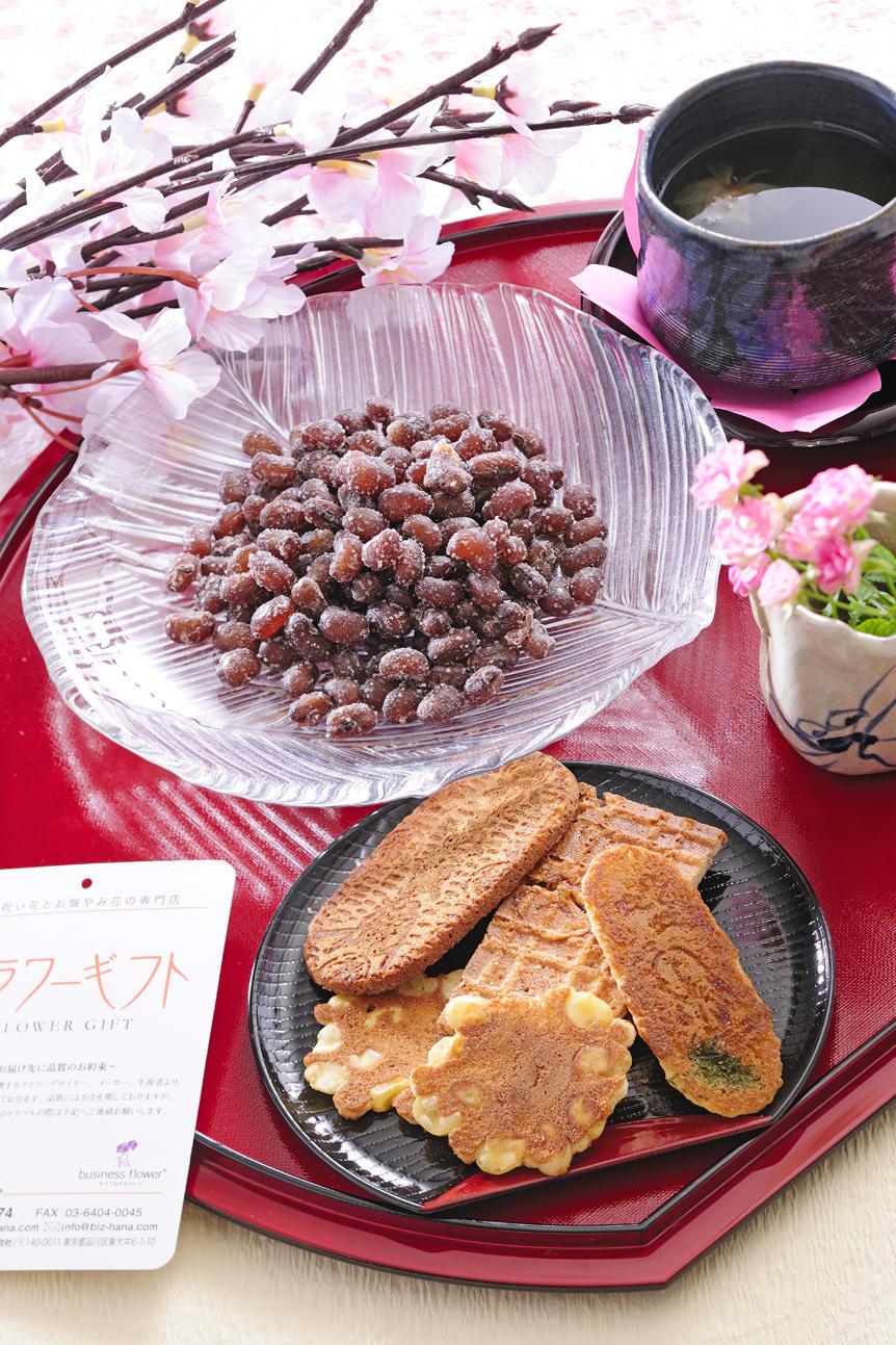 <p>老舗のお菓子「ゼイタク煎餅(重盛永信堂)」と「甘納豆(豆のさがみや)」を母の日のギフト・贈り物用にご用意しました。</p>