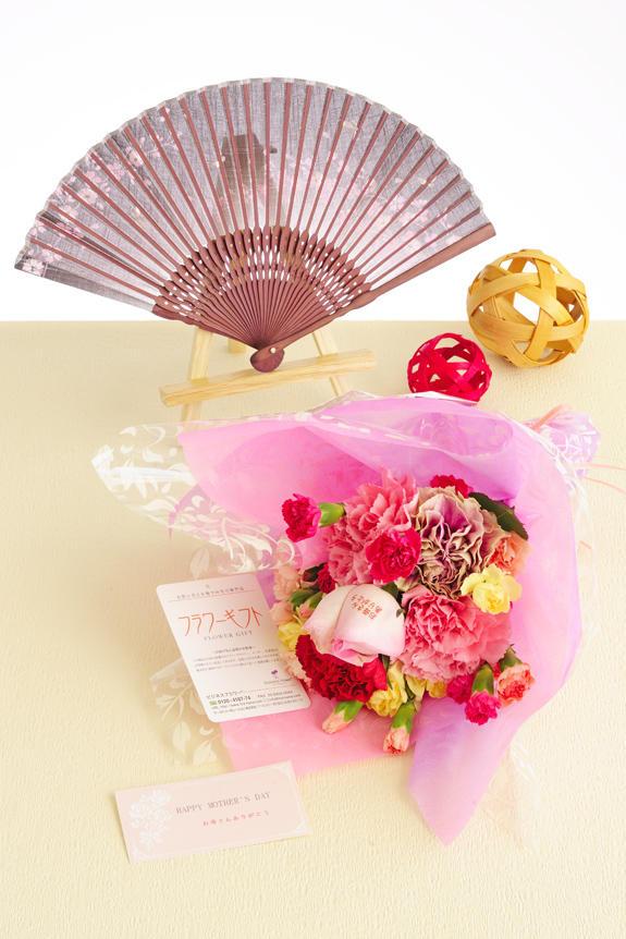 <p>母の日のフラワーギフト、贈り物、プレゼント用の商品は、花びらにメッセージ入りの花束と扇子のギフトセットを用意しました。</p>