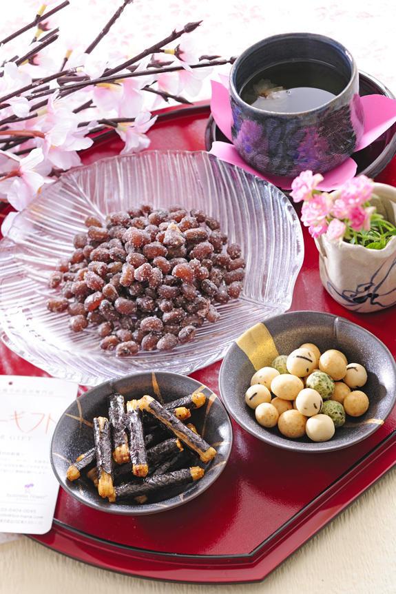 <p>母の日用に80年の伝統を誇る老舗豆のさがみやの贅沢和菓子を集めました。</p>