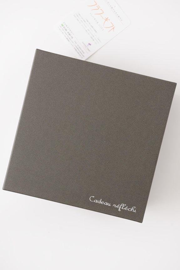 <p>アレンジメントフラワーピンクバラのボックスフラワーはスタイリッシュな黒い箱に入っています。</p>