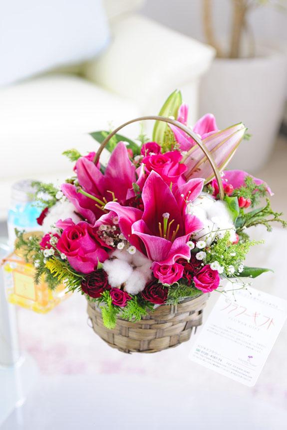 <p>フラワーギフトに人気のかわいらしいピンクの花が特徴的なアレンジメントフラワーです。</p>