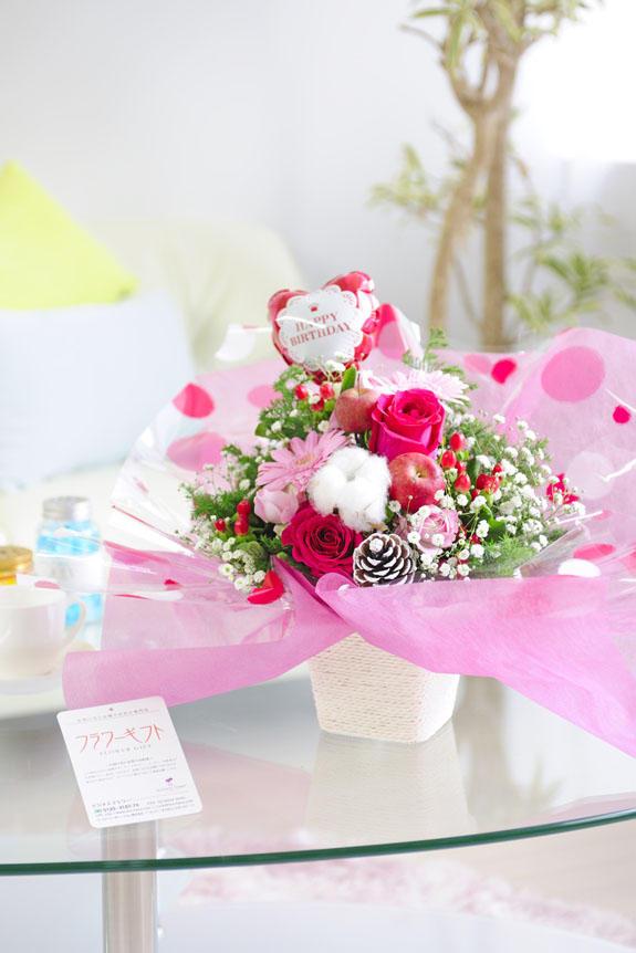 <p>ラッピング、バルーン、お花なの色調がかわいらしいアレンジメントフラワーは、誕生日(バースデー)、出産などのお祝いにオススメのアレンジメントフラワーです。</p>