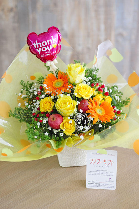 <p>ラッピング、バルーン、色調が明るく爽やかなお花のアレンジメントフラワーは、誕生日(バースデー)、出産などのお祝いにオススメのアレンジメントフラワーです。</p>