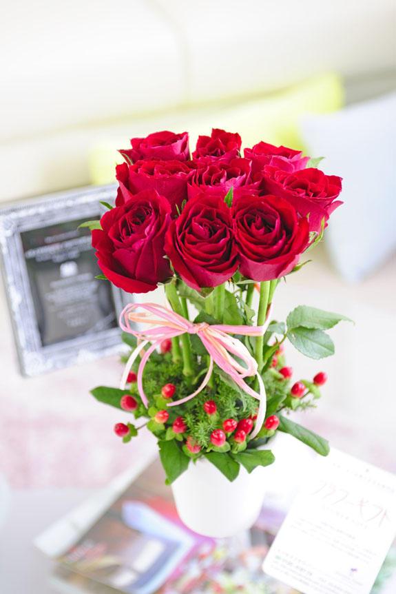 <p>誕生日、出産、退職、就任などのお祝いの贈り物・プレゼントのフラワーギフトにオススメのバラのアレンジメントフラワーです。</p>