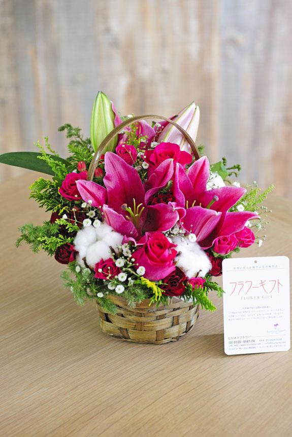 <p>ピンクのお花をバスケットに盛り込んだアレンジメントフラワーです。誕生日祝い、出産祝い、長寿祝いなど様々なお祝いのプレゼントにオススメです。</p>