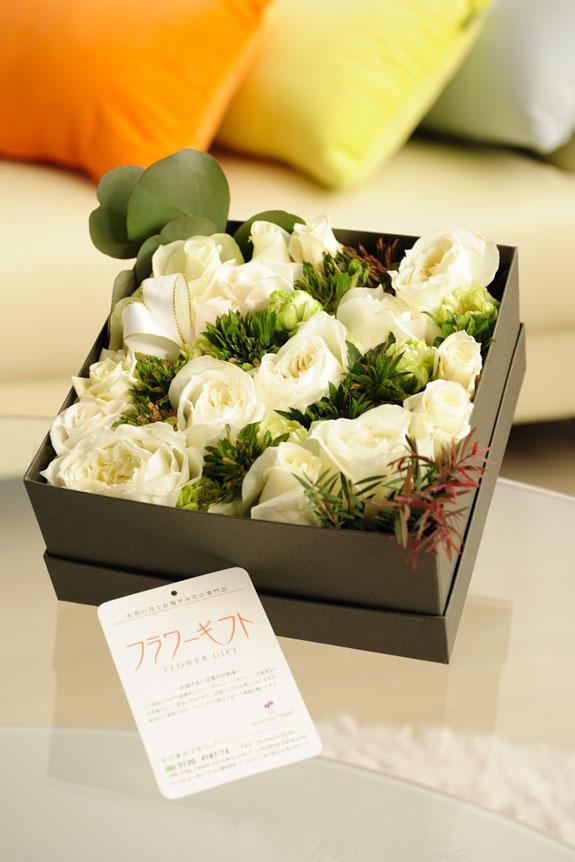 <p>清楚で爽やか、誕生日、結婚、長寿、新築、退職などのお祝い事にオススメのアレンジメントフラワー白バラのボックスフラワーです。</p>