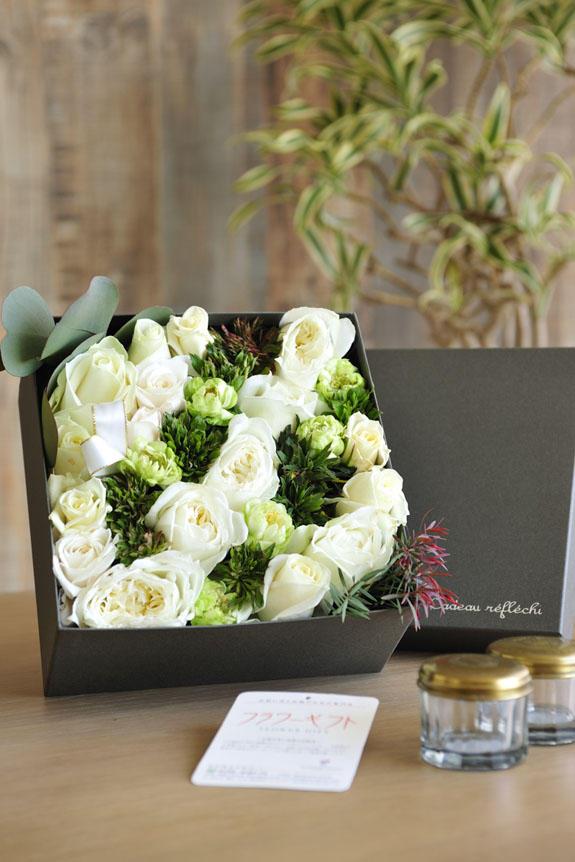 <p>アレンジメントフラワー白バラのボックスフラワーはフラワーギフト・贈り物に人気の商品です。</p>
