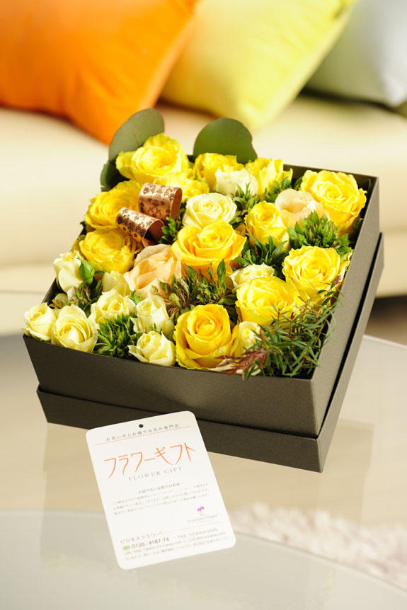 <p>明るく爽やか、誕生日、結婚、長寿、新築、退職などのお祝い事にオススメのアレンジメントフラワー黄色バラのボックスフラワーです。</p>