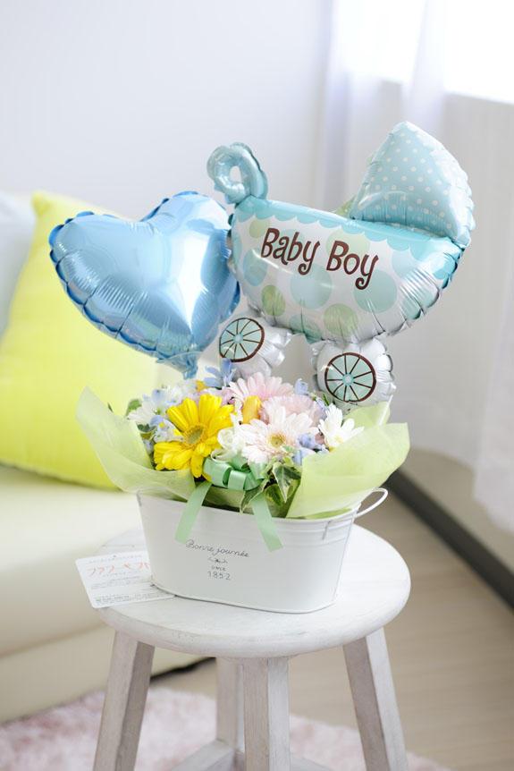 <p>出産祝いや誕生祝いの贈り物やプレゼントに人気のフラワーギフトには、「Baby Boy」とプリントされたバギー型のバルーンが付いています。</p>