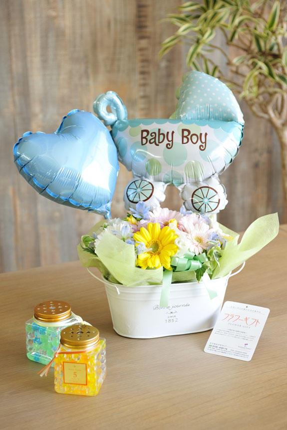 <p>淡い色使いのお花とバルーンを盛り付けたバギーバルーンは、男の子の赤ちゃんの出産祝いや誕生祝いにオススメのフラワーギフトです。</p>