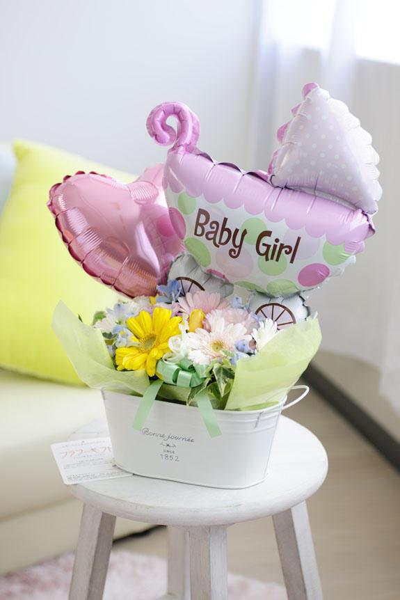 <p>出産祝いや誕生祝いの贈り物やプレゼントに人気のフラワーギフトには、「Baby girl」とプリントされたバギー型のバルーンが付いています。</p>