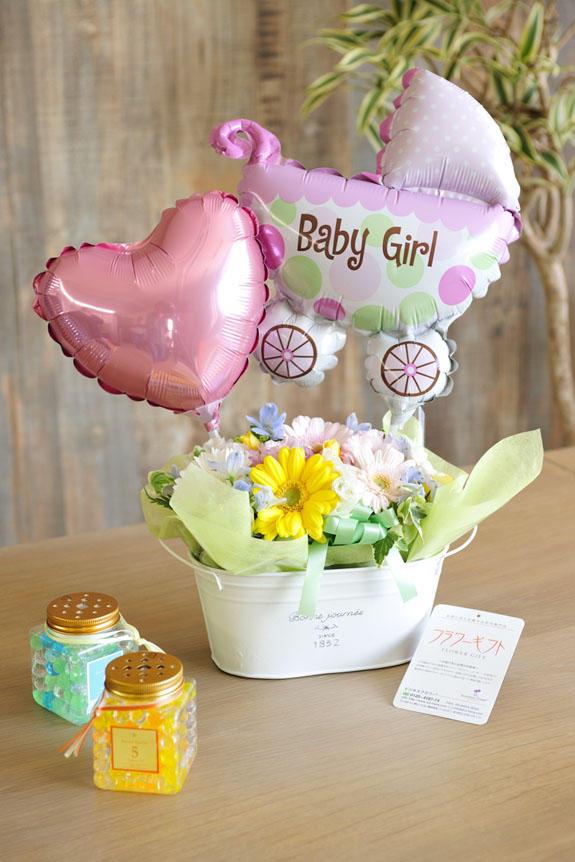 <p>淡い色使いのお花とバルーンを盛り付けたバギーバルーンは、女の子の赤ちゃんの出産祝いや誕生祝いにオススメのフラワーギフトです。</p>