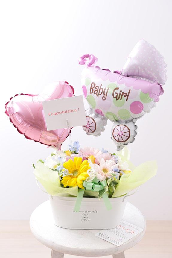 <p>出産祝いや誕生祝いにぴったりのバルーン付きアレンジメントフラワーには、無料でメッセージカードをお付けすることが可能です。</p>