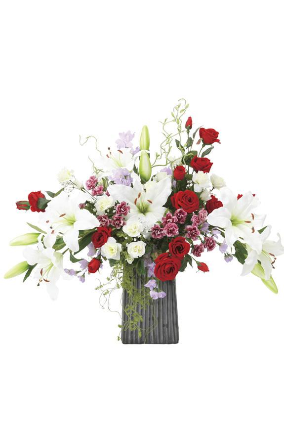 <p>真紅のバラと純白のカサブランカが特徴の造花アート・アレンジメント</p>