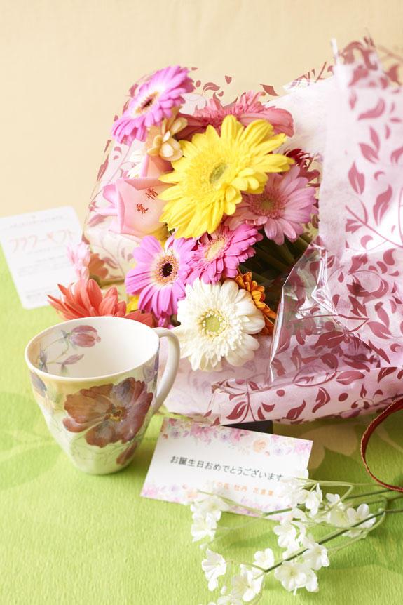 <p>5月を表現した花束(ガーベラ)とコーヒーカップセット</p>