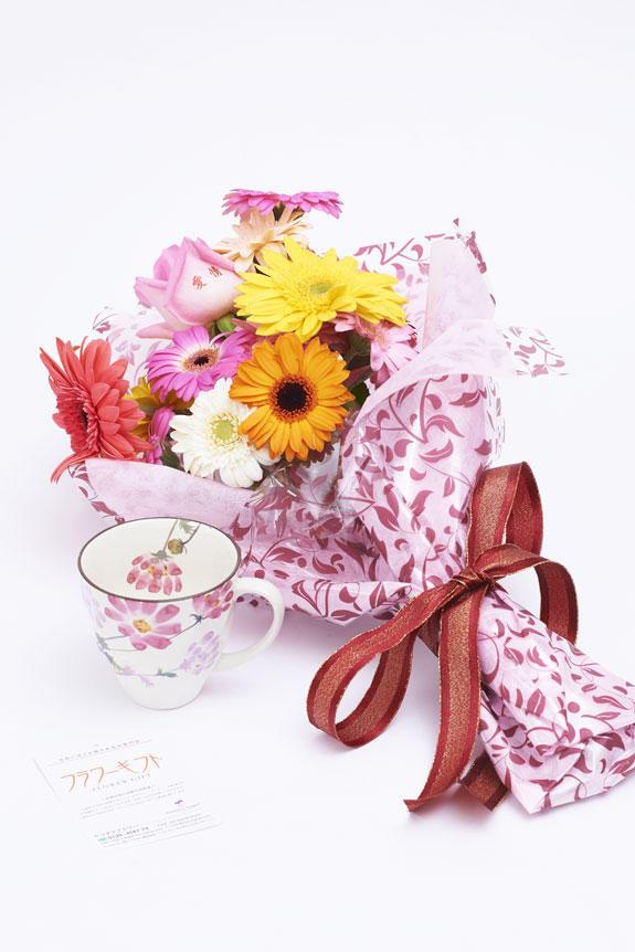 <p>メッセージ入りの花束とコスモス柄のコーヒーカップのセット</p>