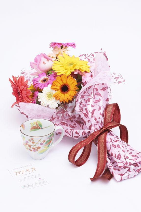 <p>メッセージ入りの花束と南天柄のコーヒーカップのセット</p>