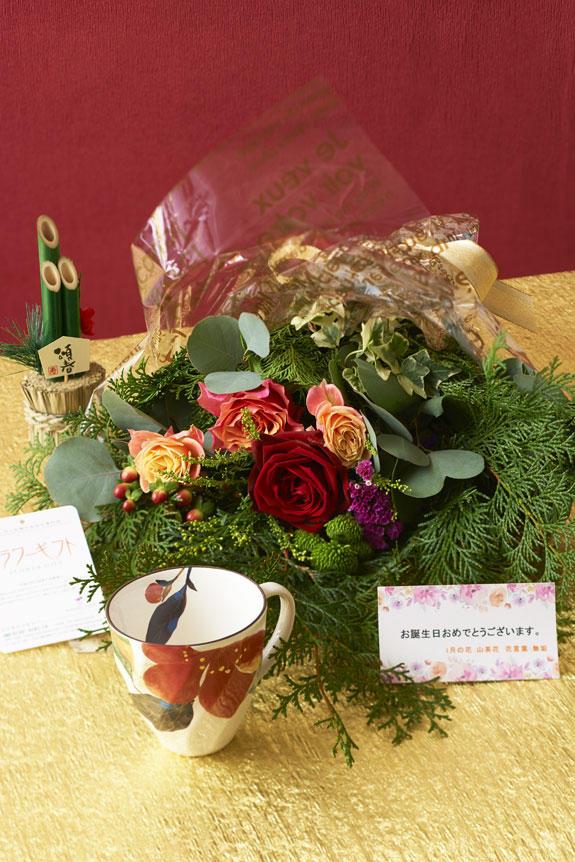 <p>1月を表現した花束(グリーンとバラ)とコーヒーカップセット</p>