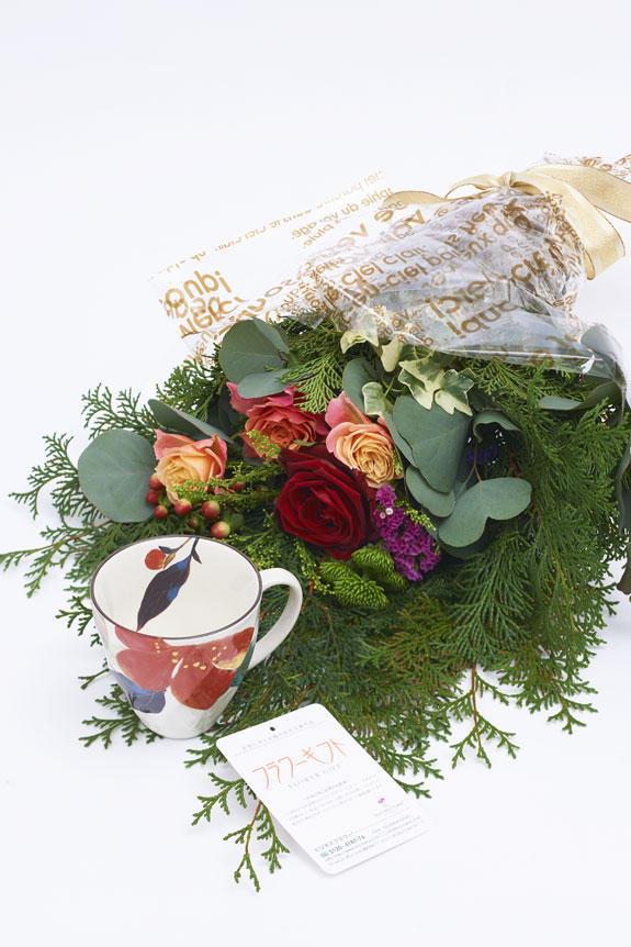<p>花束と山茶花柄のコーヒーカップのセット</p>