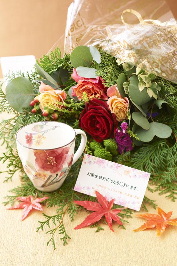 <p>11月を表現した花束(グリーンとバラ)とコーヒーカップセット</p>