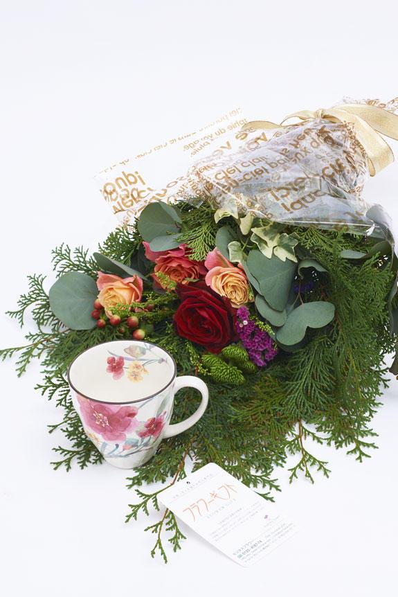 <p>花束とシュウメイ菊柄のコーヒーカップのセット</p>