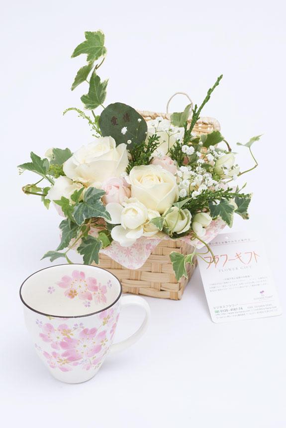 <p>アレンジメントフラワーと桜柄のコーヒーカップのセット</p>