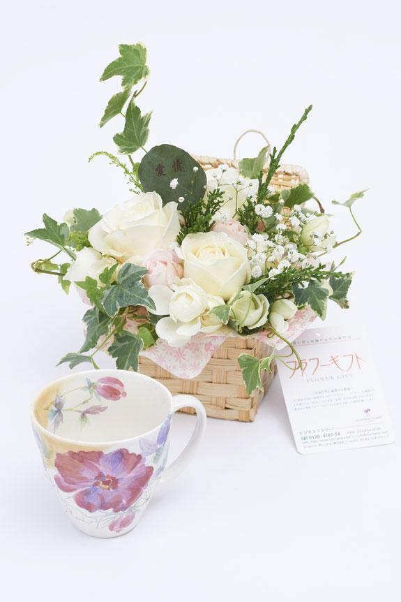 <p>アレンジメントフラワーと牡丹柄のコーヒーカップのセット</p>