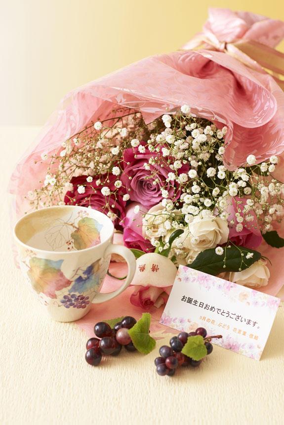 <p>9月を表現した花束(バラ)とコーヒーカップセット</p>