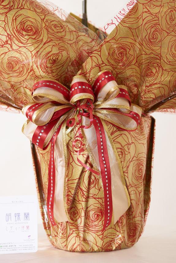 <p>[ゴールデンローズ]<br /> ゴールドと赤の2色がとてもゴージャスで華やかな雰囲気を醸し出すインパクトのあるラッピングです。リボンも特徴があるので、目立つこと間違いなしの胡蝶蘭です。</p>